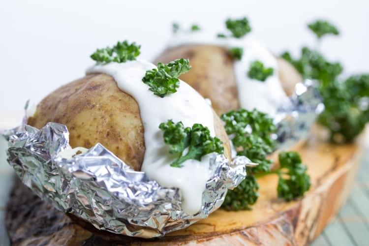 Bakad potatis med aluminiumfolie