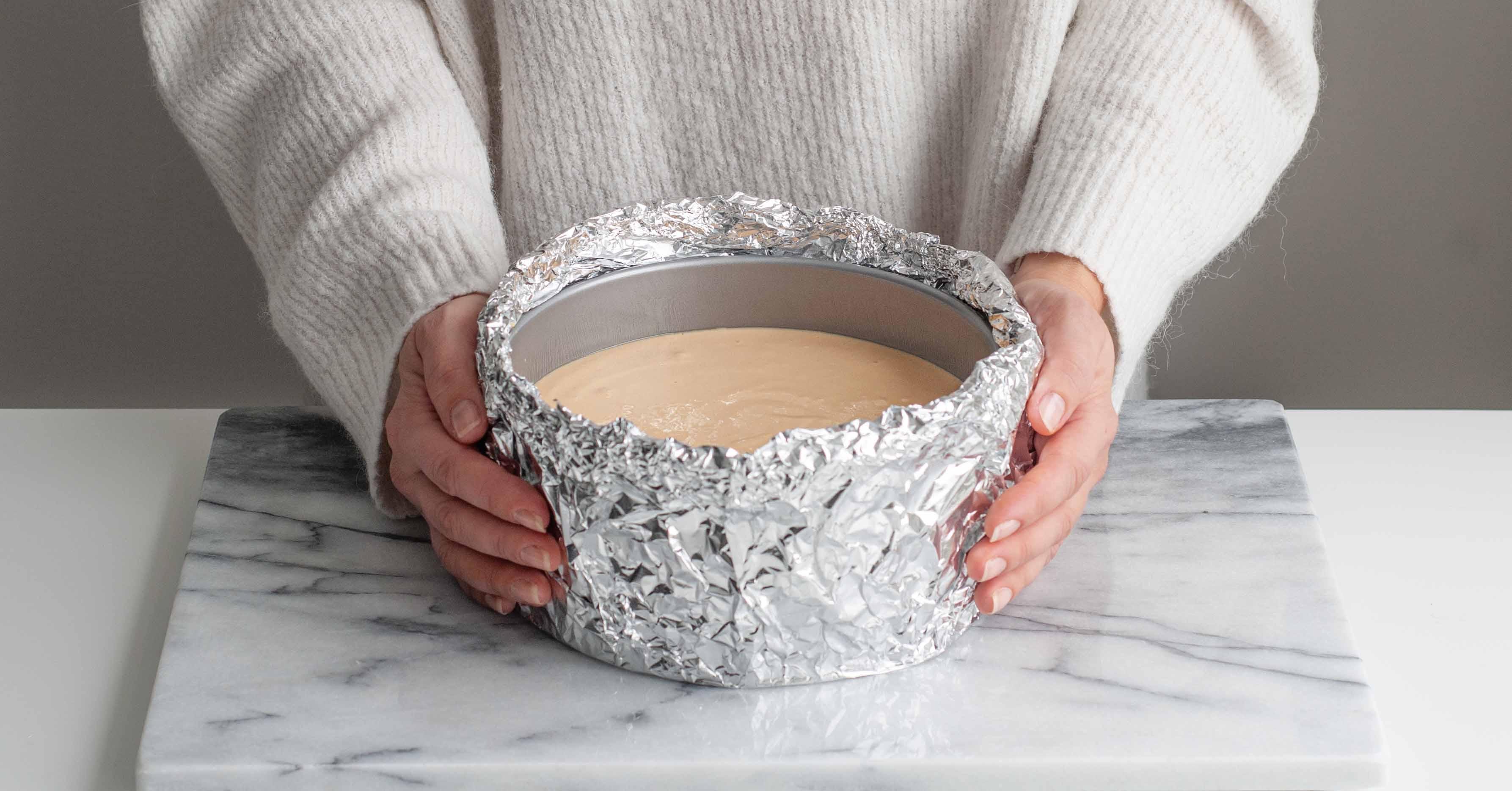 Bakform med aluminium i vattenbad för cheesecake