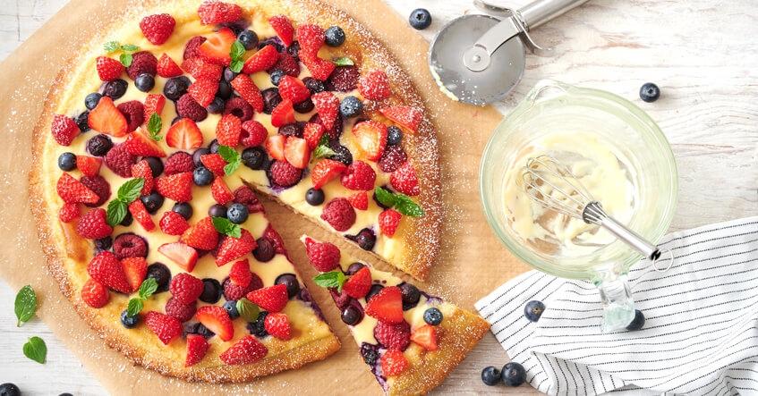 Bärpizza med jordgubbar, bär färskost, vanilj och vit choklad