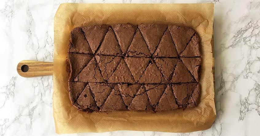 Brownies i bakform på bakplåtspapper med Toppits