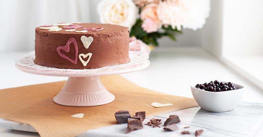 Chokladtårta med bär frosting och dekor av färskost på Toppits bakplåtspapper