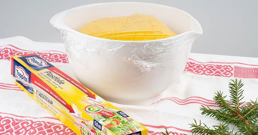 Deg för saffransbullar som jäser i en skål täckt med Toppits plastfolie