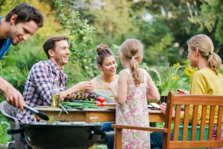 Familie grillt im Garten