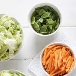 Färska grönsaker och sallad i skål med Toppits