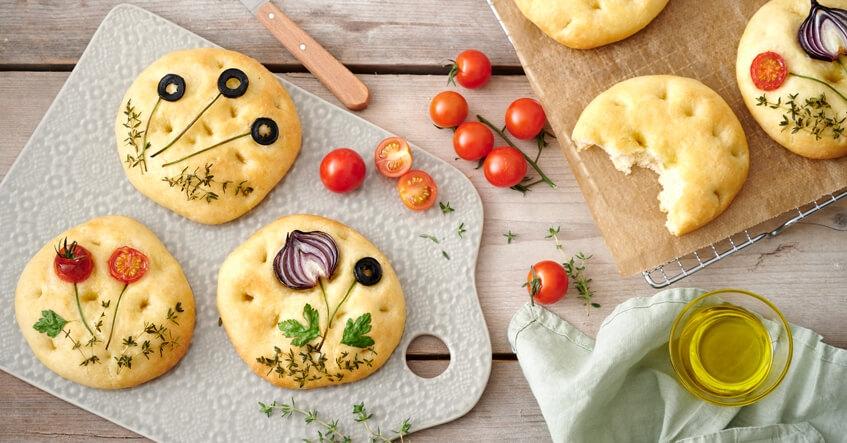 Focaccia med tomater, olivolja och oliver på Toppits bakplåtspapper