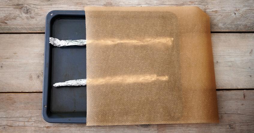 Formar för hembakade baguetter med aluminiumfolie och bakplåtspapper