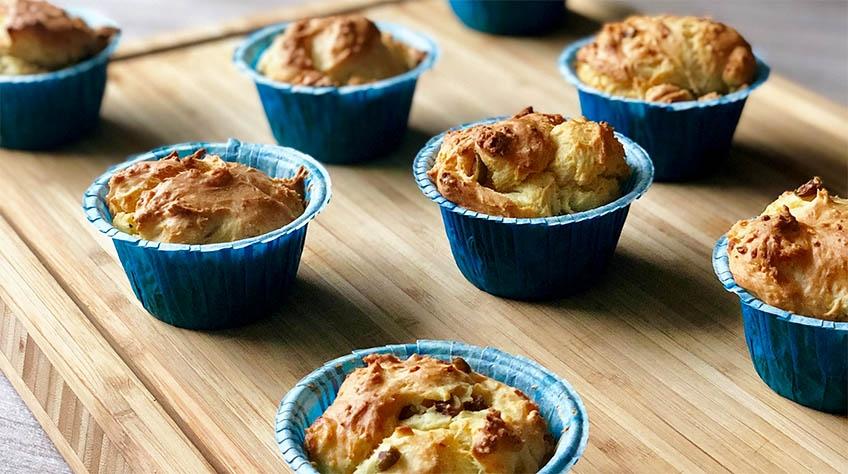 Grekiska muffins med fetaost, oliver och soltorkade tomater