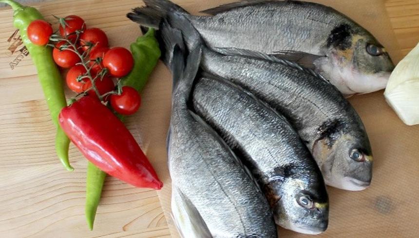 Grillad fisk i ett paket av bakplåtspapper