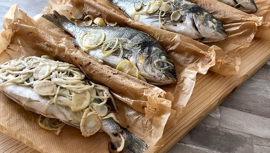 Grillad fisk med fänkål och citron i bakplåtspapper