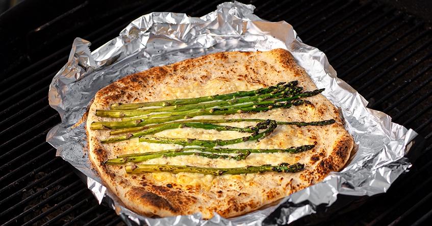 Grillad pizza på aluminiumfolie från Toppits med parmesan, sparris, creme fraiche och ost