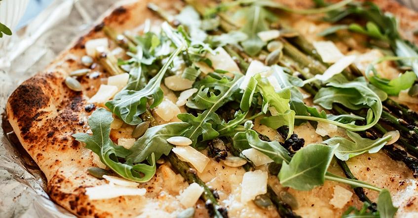 Grillad pizza på sommarens bbq på aluminiumfolie från Toppits med topping av parmesan, sparris och creme fraiche