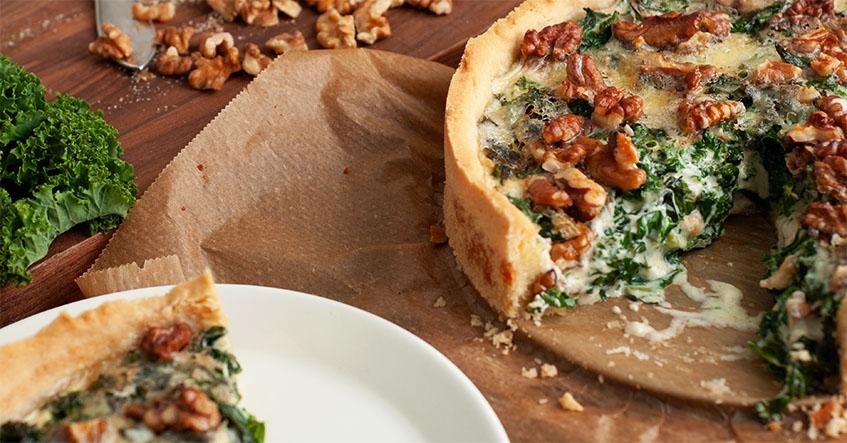 Grönkålspaj med nyttig grönkål, nötiga valnötter och krämig ädelost på bakplåtspapper från Toppits