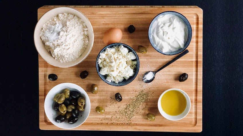 Ingredienser till grekiska muffins. Oliver och fetaost