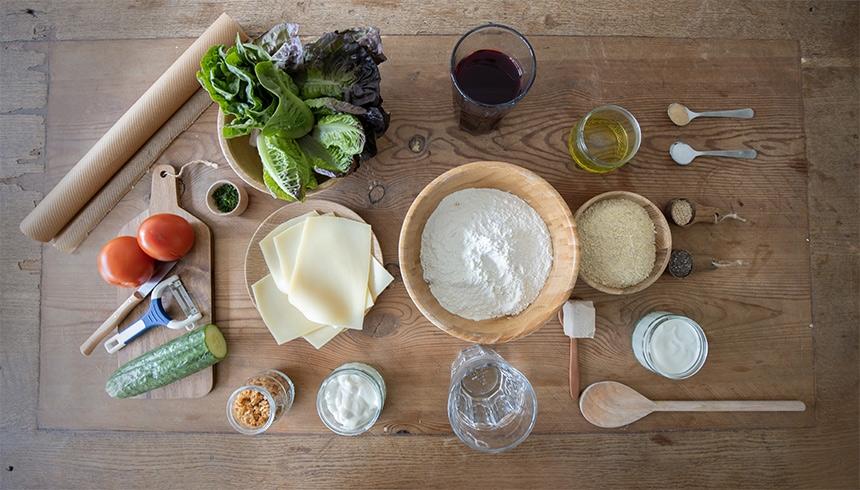 Ingredienser till grönsaksburgare på falafel med bröd av rödbeta