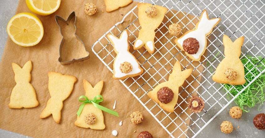 Kakor till påsk i form av påskharar med bakplåtspapper från Toppits