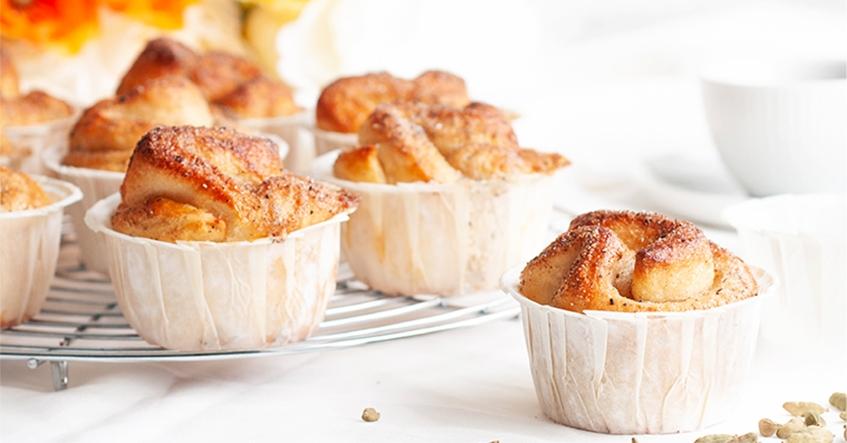 Kardemummabullar med sockerlag i Toppits stora muffinsformar