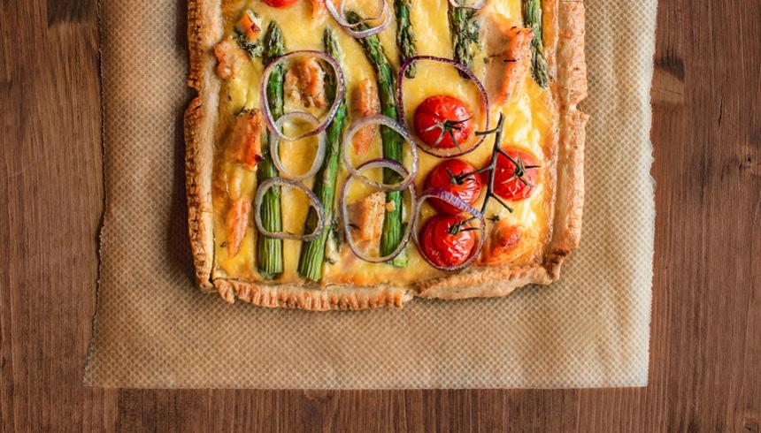 Mingel och tilltugg med quiche på smördeg med fyllning av ägg, lax, sparris och lök