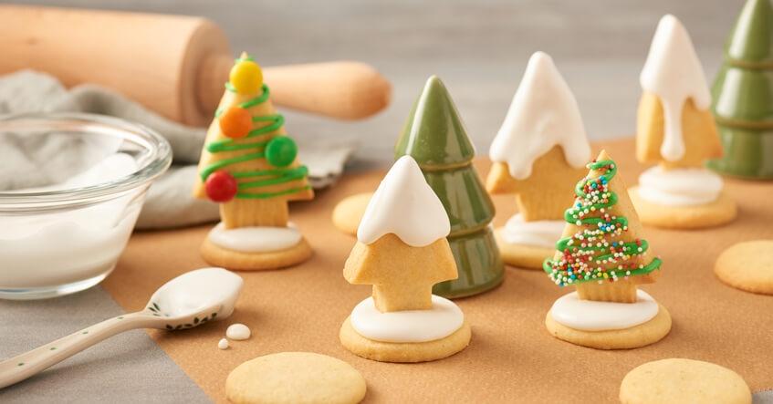 Mördegskakor med form av julgran på Toppits bakplåtspapper