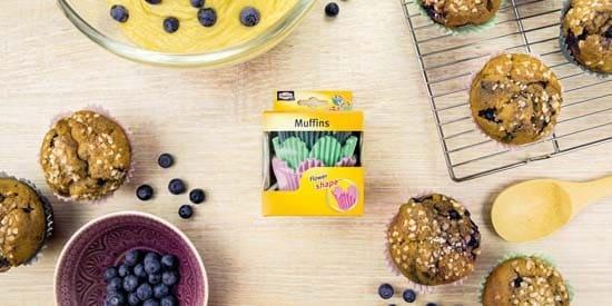 Muffinsdeg förbereds för blomformade muffinsformar från Toppits
