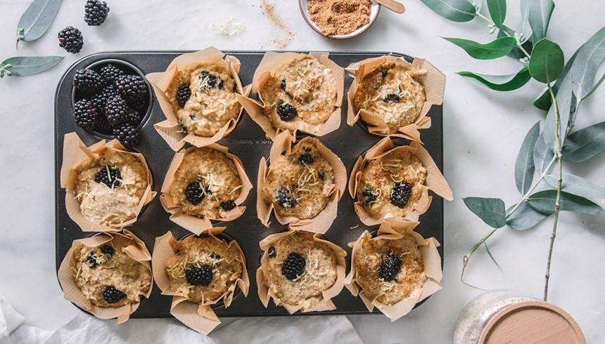 Muffinsplåt med stora muffins i formar av bakplåtspapper