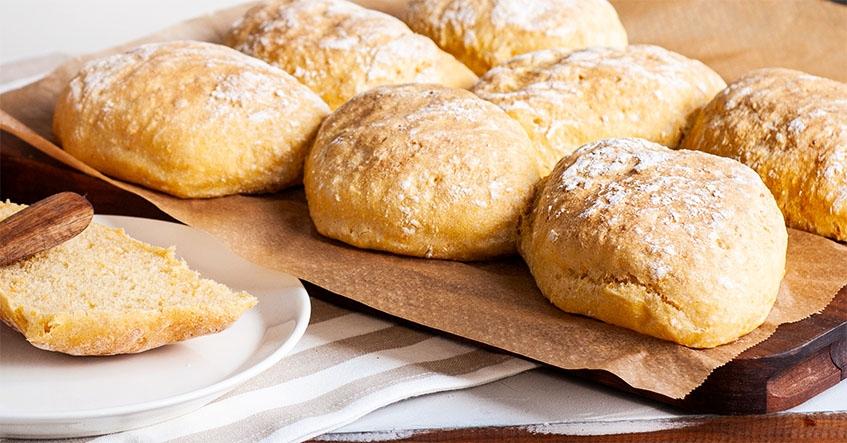 Nybakade sötpotatisbröd med sirap på bakplåtspapper från Toppits