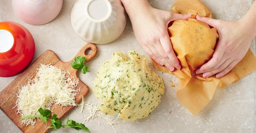 Parmesanost formas till parmesankorgar över en skål