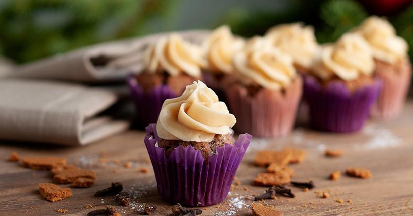 Pepparkaksmuffins med frosting på brynt smör