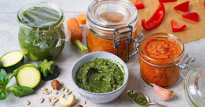 Pesto på grönsaker och sallad i glasbehållare med Toppits bakplåtspapper