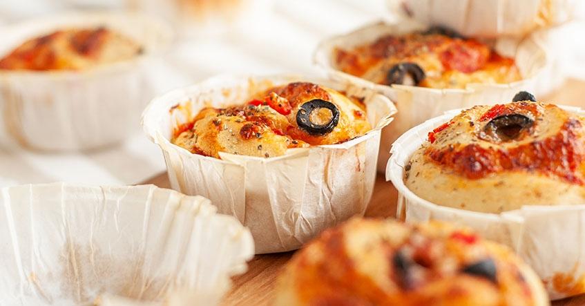 Pizzabullar med tomtatsås, ost och oliver i stora muffinsformar från Toppits