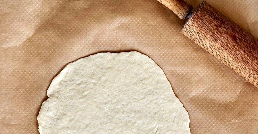 Pizzadeg med kantareller och crème fraiche