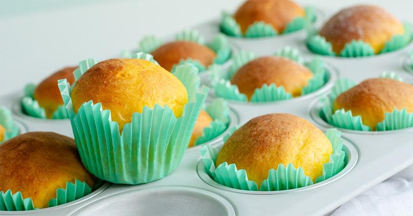 Saffransbriocher i muffinsformar från Toppits på muffinsplåt