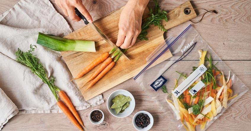 Samla ihop dina grönsaksrester och frys in dem som en hållbar bas för din grönsaksbuljong.