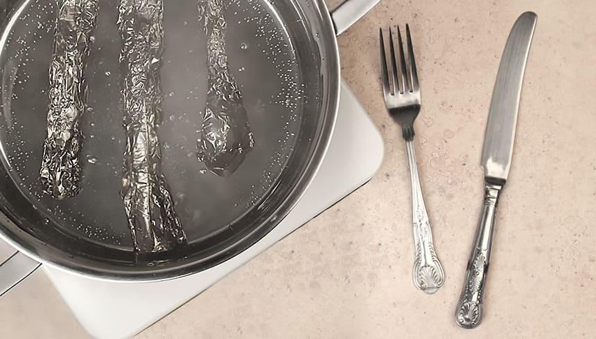 Silverbestick i Toppits® aluminiumfolie kokad i kastrull.