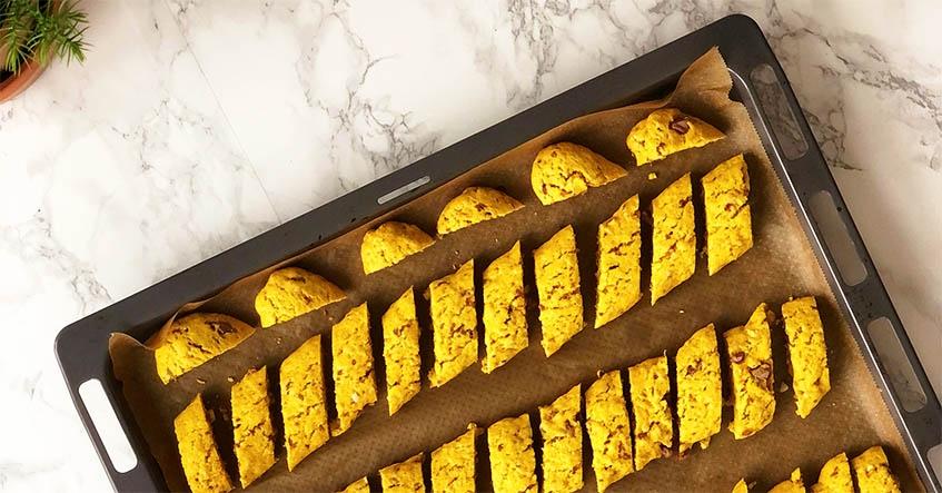 Skorpor med saffran och choklad på bakplåtspapper från Toppits