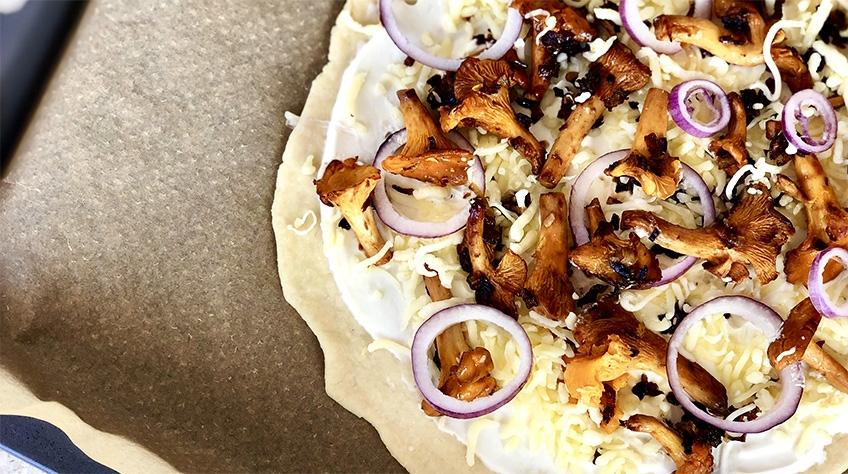 Ugnsbakad pizza med kantareller och crème fraiche