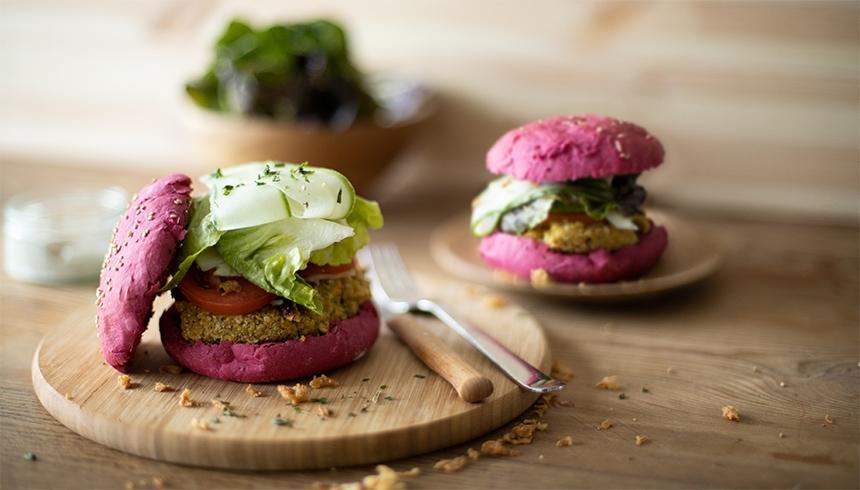 Veggieburgers med falafel och rödbeta med topping
